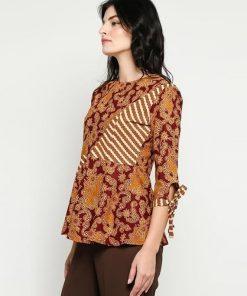 - Blouse batik print lengan 7/8 - Warna merah - Round neck - Regular fit - Kancing depan - Material katun primisima