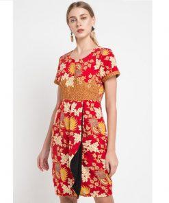 Mini dress formal dengan detail batik print kontras Kombinasi warna Merah dan coklat Kerah crew Regular fit Resleting belakang Material semi sutera tidak transparan, ringan, dan tidak strech Tinggi model 174cm, mengenakan ukuran S