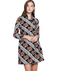 Batik Adikusuma 192059028 Parang Tuding Tunik Wanita - Coklat merupakan tunik berbahan katun prima yang didesain ethnic dalam batik print, V-neckline, dan front button opening. Ideal digunakan saat acara formal.
