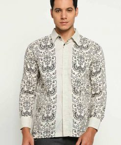 Long sleeve shirt Didesain etnik dalam batik printing Pointed collar Front button opening Material : Cotton