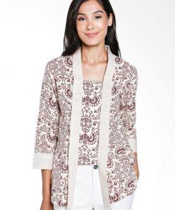 3/4 slevees blouse Didesain etnik dalam motif batik print Square neckline Cocok digunakan pada acara formal maupun non formal Material : Katun prima