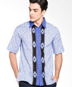 Kemeja batik lengan pendek Didesain reguler fit dalam motif Kawung Kotak Pointed collar Hidden button opening Material : Katun prima
