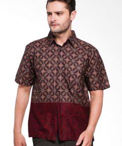 Short sleeves shirt Didesain reguler dalam motif batik print Pointed collar, dan button opening Cocok digunakan pada saat acara formal dan nonformal Material : Katun prima