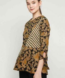 1. 3/4 sleeve blouse 2. Didesain etnik dalam batik pattern 3. Round neckline 4.Back zipper closure 5. Material : Katun Batik Print