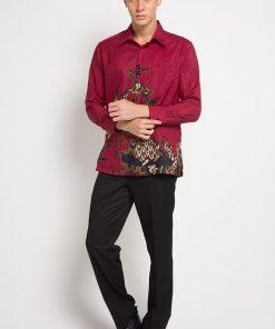 - Kemeja formal batik print desain lengan panjang - Warna merah - Detail kerah - Unlined - Regular fit - Kancing depan - 1 kantong slot depan - Material semi sutera tidak transparan, ringan, dan tidak stretch