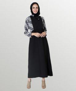 Gamis batik print Warna Hitam Kerah bulat Unlined Regular fit Detail batik pada rompi Material semi sutra