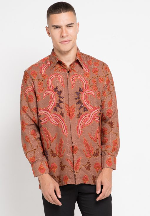 Short sleeves shirt Didesain ethnic dalam motif batik Pointed collar, front button opening Left chest pocket Material : Katun
